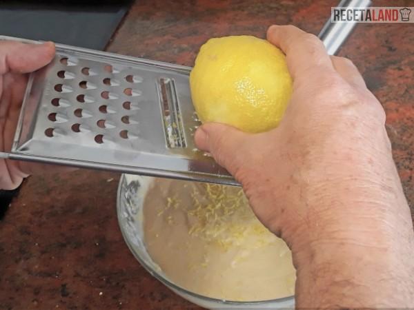 rallando limón al queque de yogurt