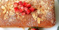 queque de almendra decorado con frutilla