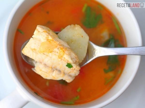 sopa o caldo de pescado rojo con patatas