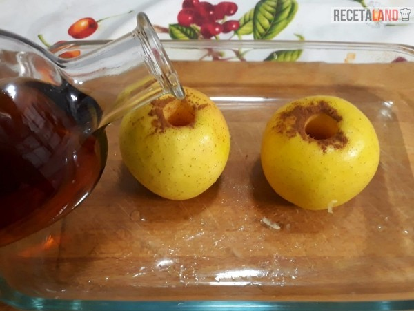echando brandy o vino dulce a las manzanas