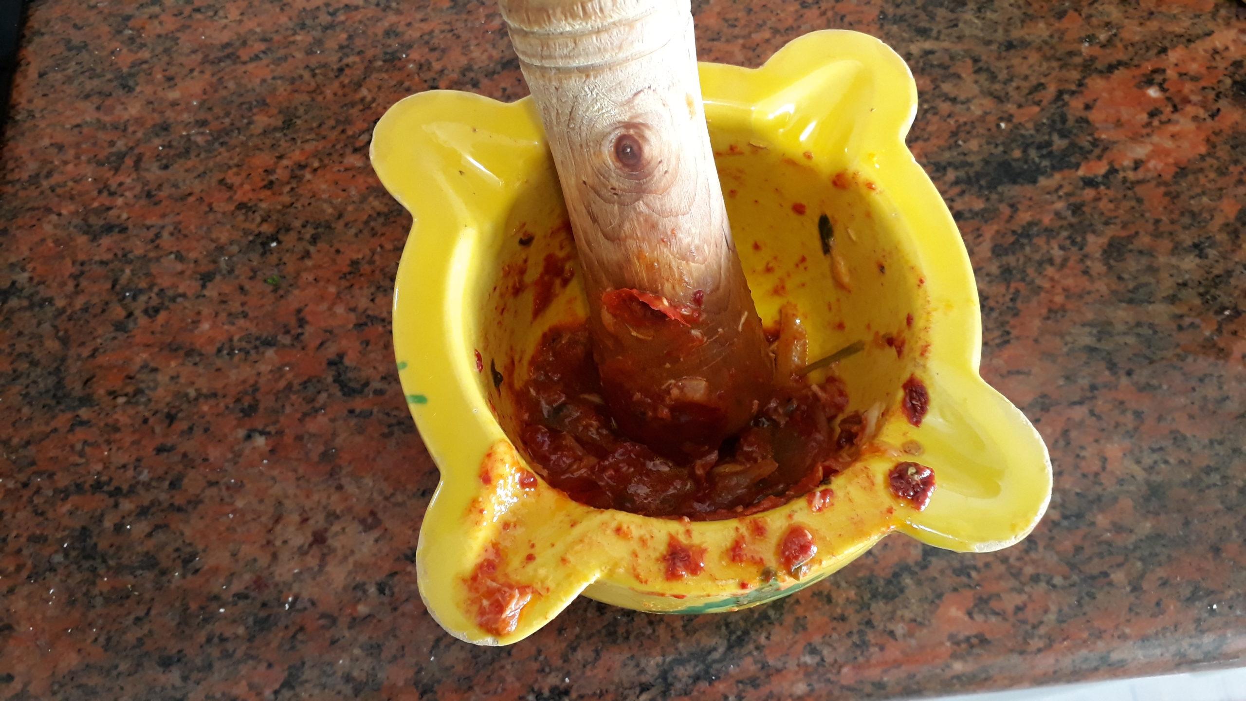Picando las ñoras y el tomate que hemos extraído