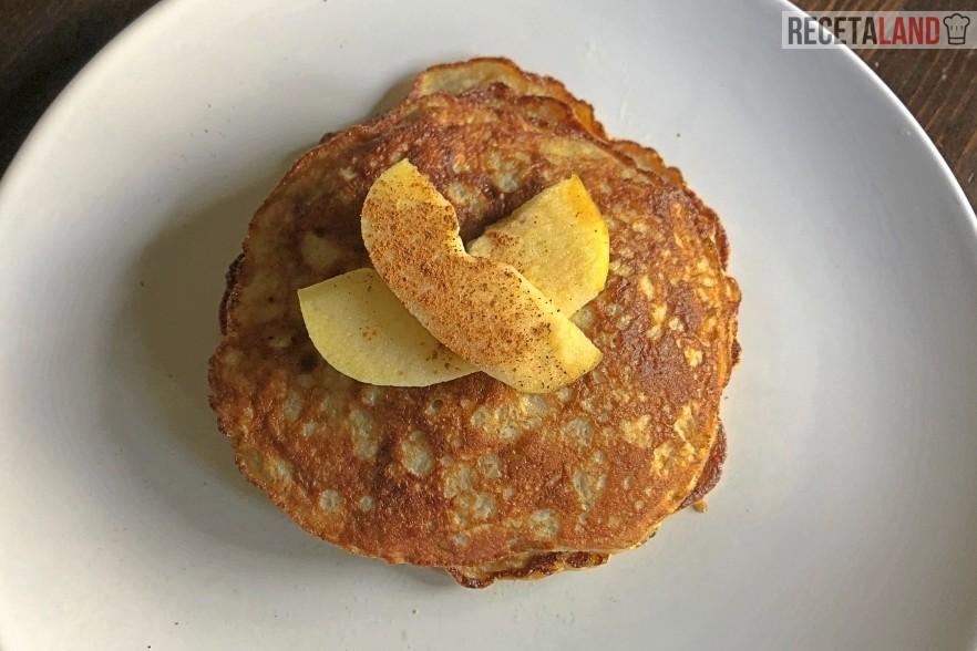 Tortitas de plátano y huevo servidas con manzana y canela