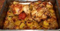 Asado de pollo con patatas recién salido del horno