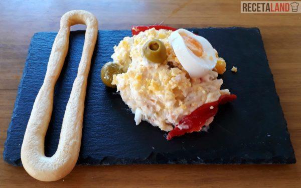 Tapa de ensaladilla rusa con una rosca