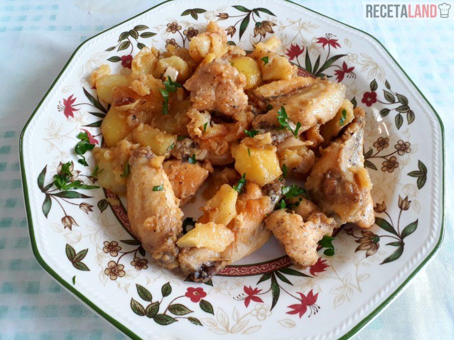 Plato de pollo al ajillo con perejil