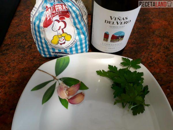 Ingredientes para las almejas al ajillo con perejil y vino