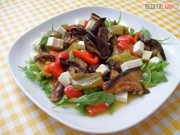 Una ensalada con berenjenas asadas