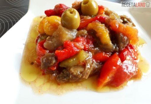 ensalada de pimientos asados, berenjena, tomate y aceitunas