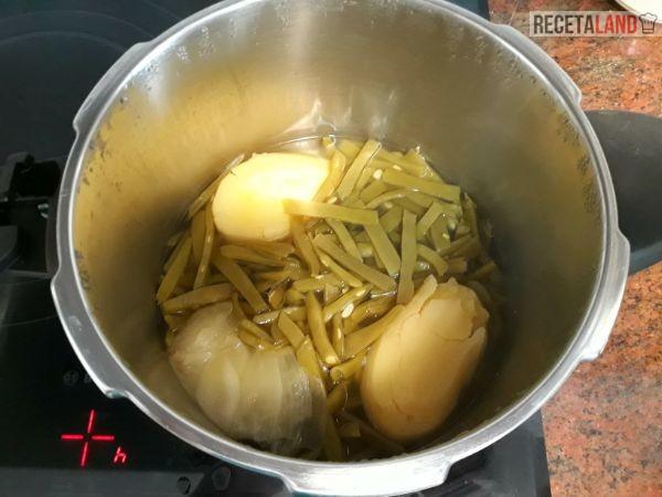 La judías verdes con la patata y la cebolla ya hervidas