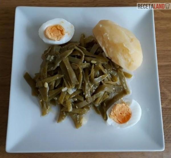 Judías verdes hervidas acompañadas de huevo cocido y una patata
