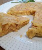 Corte de tortilla de patas chips recién hecha