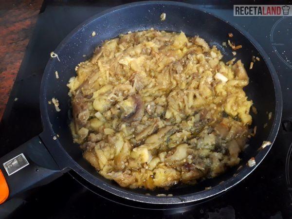 Sofriendo la cebolla con la carne de las berenjenas