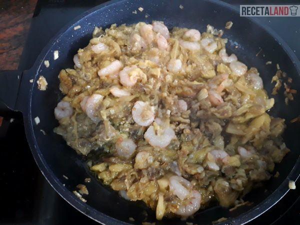 Sofriendo la cebolla con la carne de las berenjenas y las gambas
