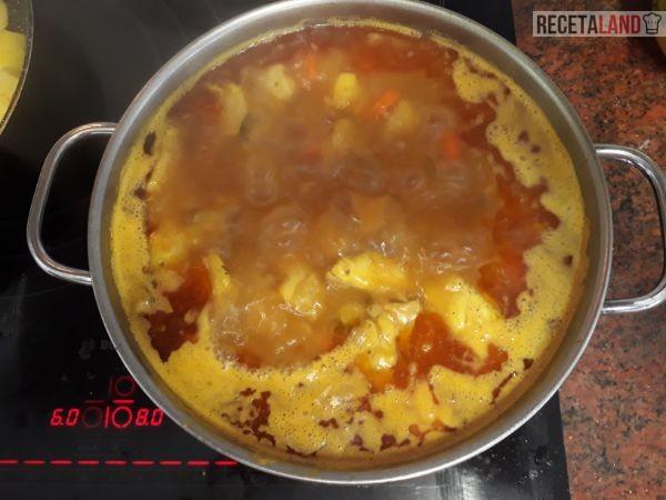 Olla hirviendo con el Pollo en salsa
