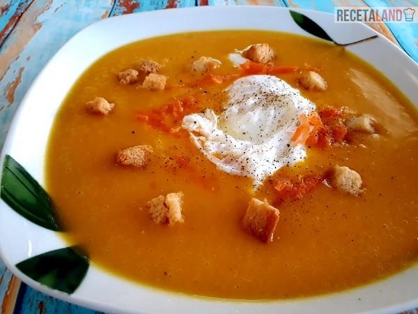 Plato de Crema de Calabaza y zanahoria con huevo poché y picatostes