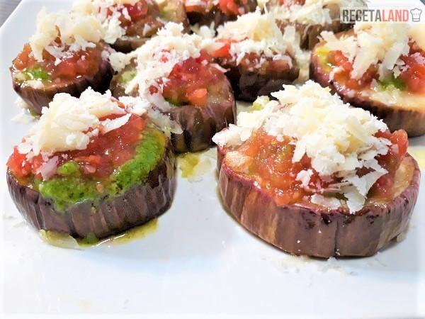 Berenjenas al horno en rodajas con salsa Pesto, tomate y Q. Parmesano