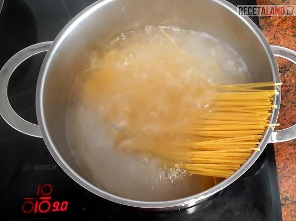 Hirviendo los espaguetis