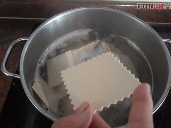 Cociendo la pasta para los canelones