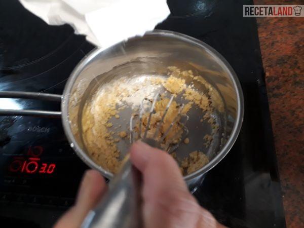 Derritiendo la mantequilla para la bechamel