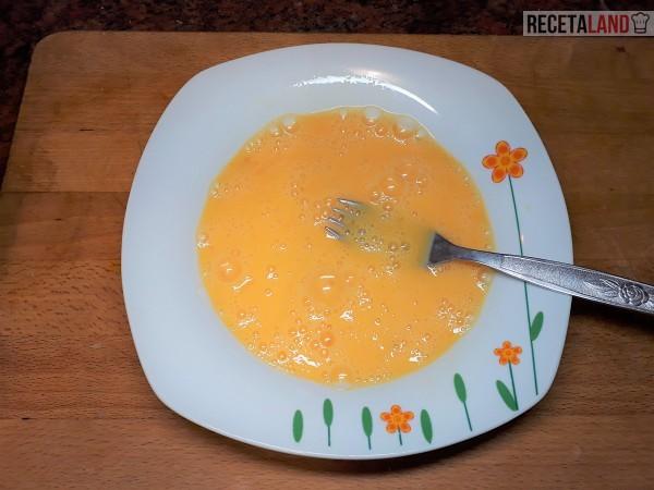 Plato con los huevos batidos para la Tortilla