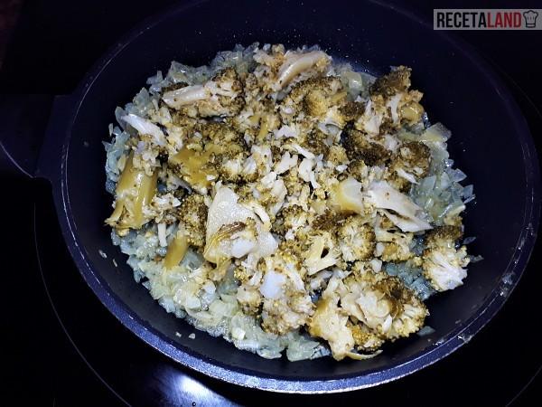 Rehogando el brócoli cocido con la cebolla