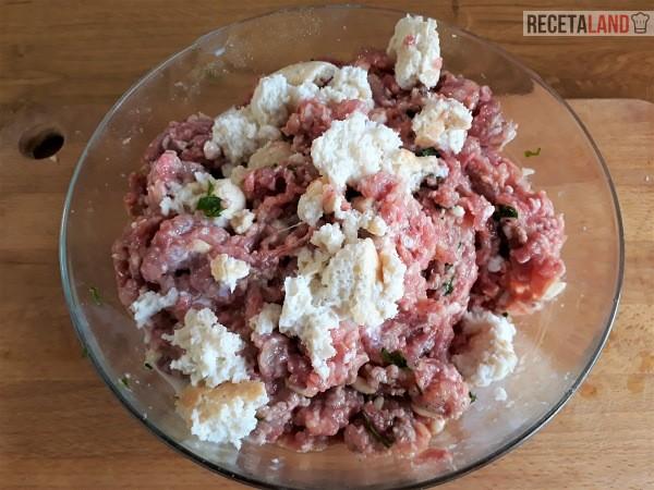 Añadiéndole a la carne la molla de pan empapada en leche