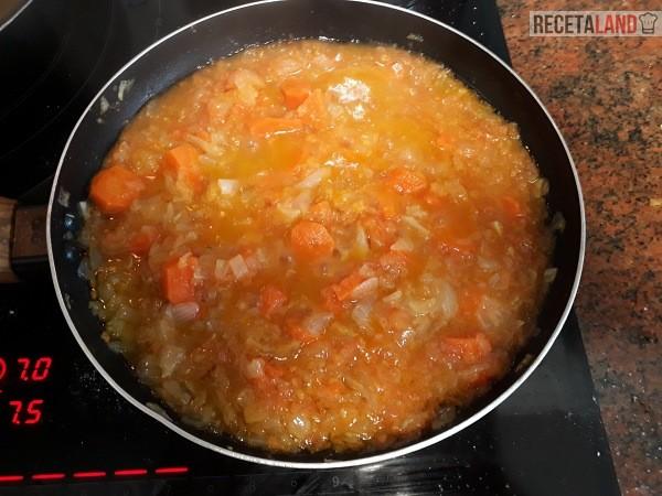 Friendo la cebolla, el tomate y la zanahoria