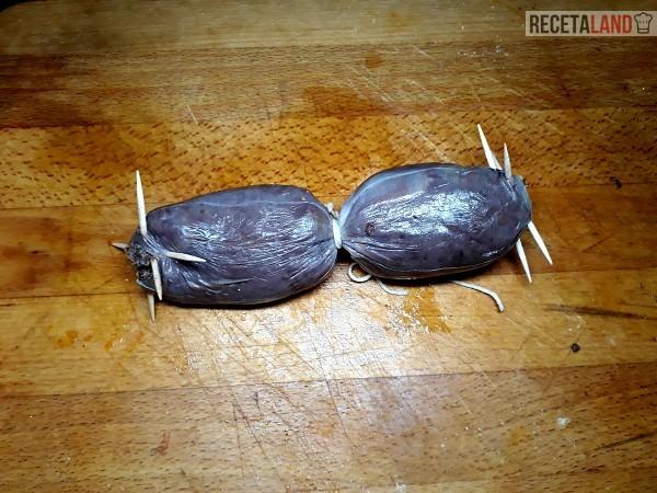 Morcillas de cebolla cerradas con palillos