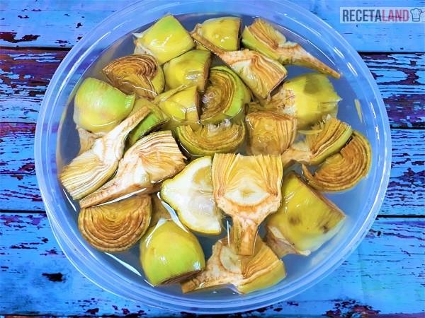 Bol con agua y limón para lavar las alcachofas