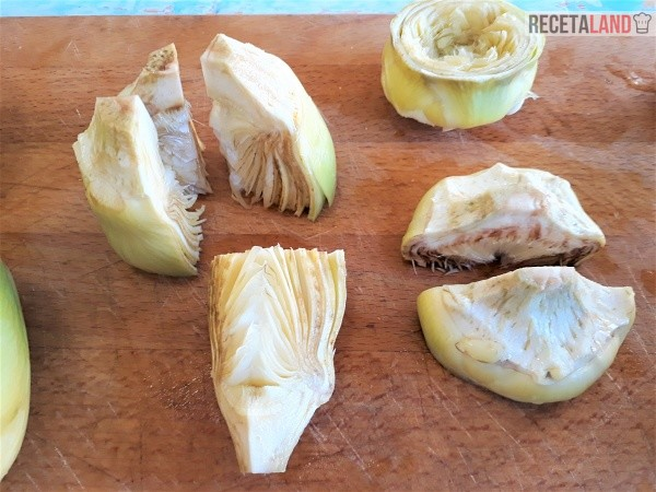 Alcachofas cortadas en trozos para hervir