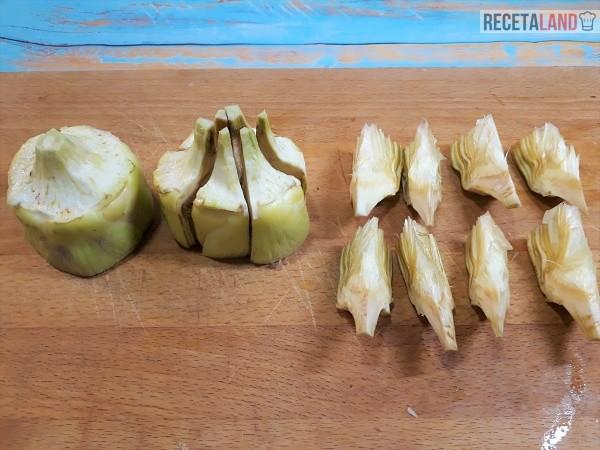 Alcachofas peladas y cortadas para hacerlas fritas y/o salteadas