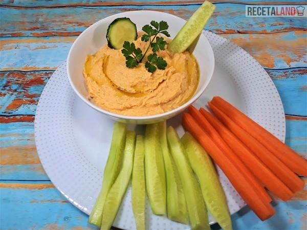 Humus de garbanzos acompañado de pepino y zanahoria