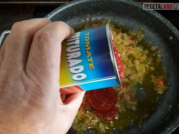 Añadiéndole el tomate rallado o triturado