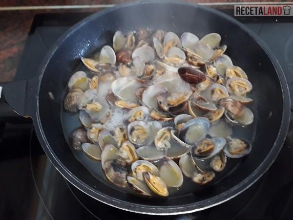 Cocinando las almejas en la sartén