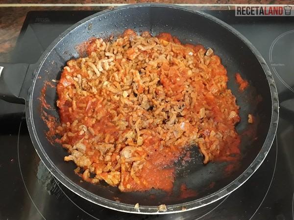 Friendo la carne con la Cebolla y el tomate triturado