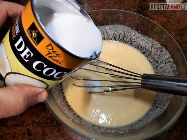 Añadiéndole la leche de coco