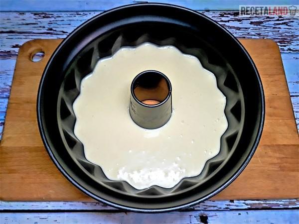 Masa en el molde lista para hornear