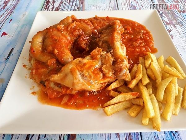 Manitas de cerdo en salsa acompañadas de patatas fritas