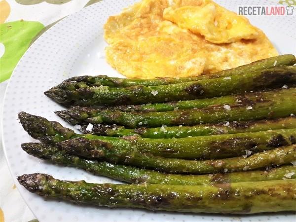 Esparragos verdes a la plancha con tortilla