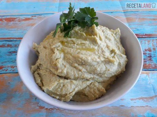Bol con el humus de aguacate recién hecho