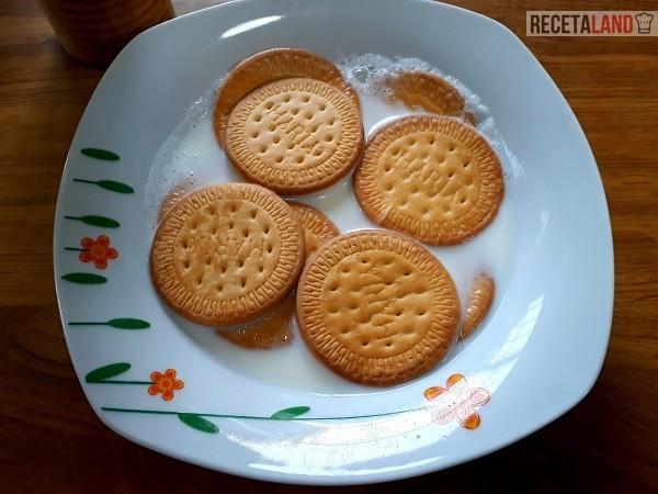 Remojando la galletas en leche