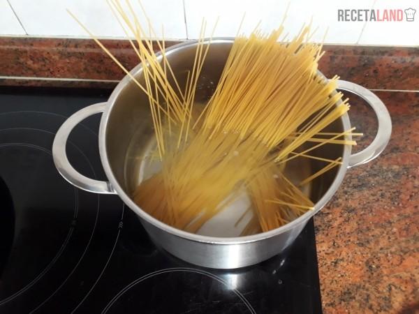 Cociendo los espaguetis al dente
